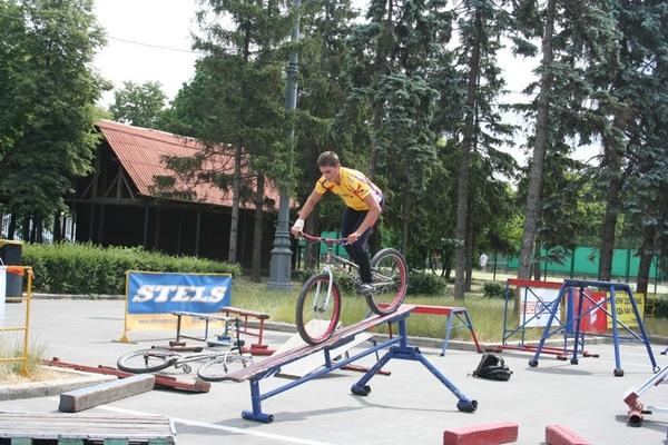 Евгений Леонидов репетирует новый трюк.
