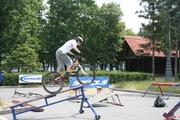 Павел Шипов тренирует заезд по наклонной доске.